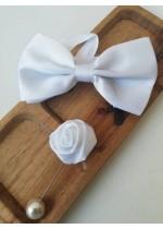 Готова папийонка за младоженец в бяло на коригираща се лента и бутониера
