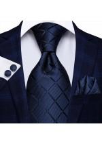 Ефектна класическа вратовръзка за сватба в комплект кърпичка и ръкавели в тъмно синьо