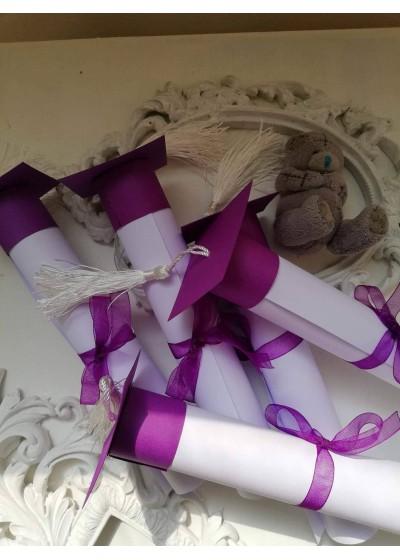 Покана за бал с абитуриентска шапка цвят лилаво
