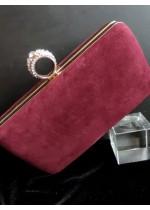 Елегантна чанта цвят Тъмно червено от кадифе със златен обков и верижка за рамо