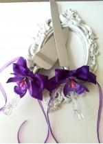 Прибори за торта за сватба с тъмно лилави орхидеи